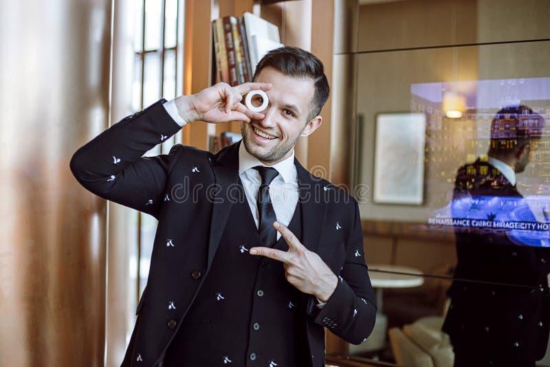 Молодой жизнерадостный groom E стоковое изображение