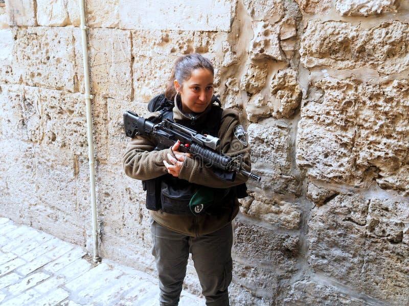 Молодой израильский солдат женщины на стенах старого Иерусалима стоковые фотографии rf