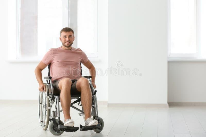 Молодой инвалидный человек в пустой комнате стоковое изображение rf