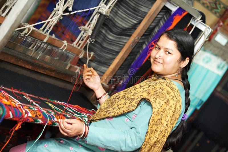 Молодой индийский ткач женщины стоковое фото