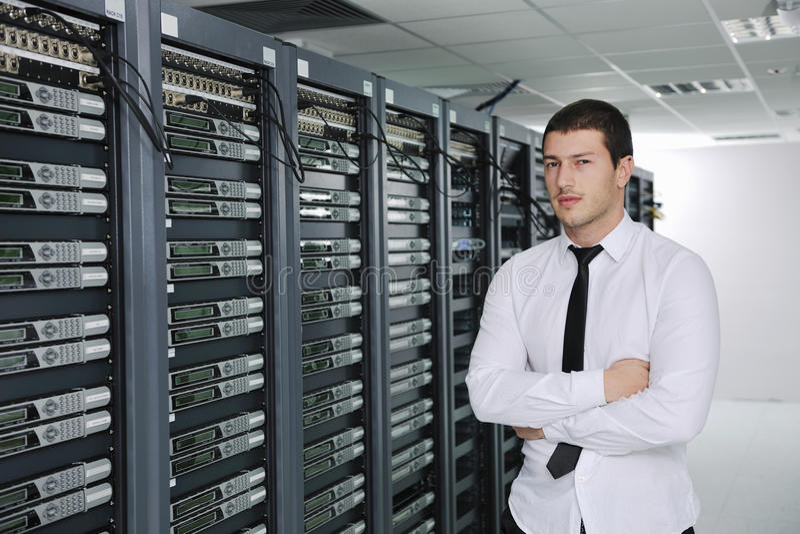 Молодой инженер в комнате сервера datacenter стоковые фотографии rf