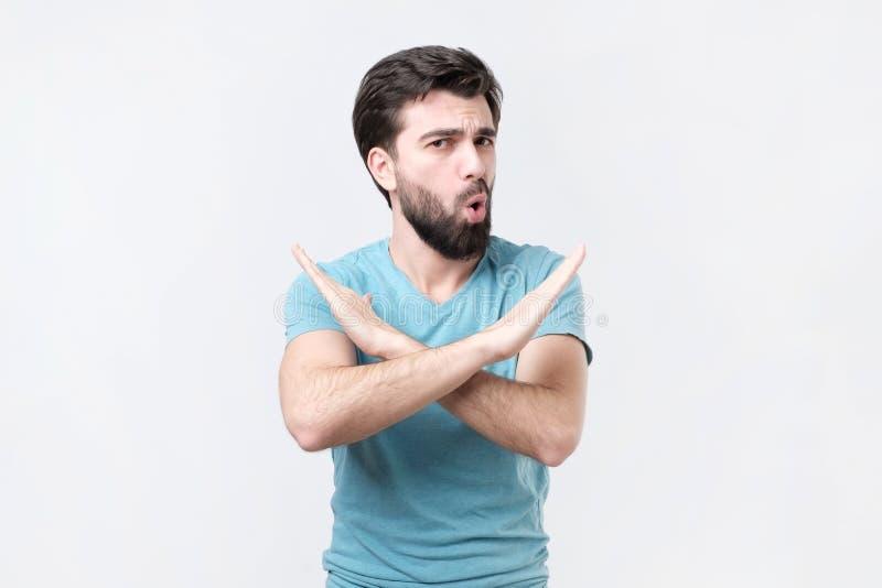Молодой испанский делать человека никакой или остановить знак изолированный на белой предпосылке стоковые изображения rf