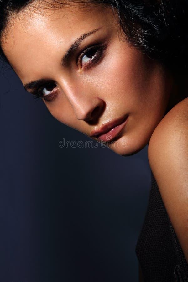 Молодой итальянский портрет модели способа с совершенной кожей на темной предпосылке стоковые фотографии rf