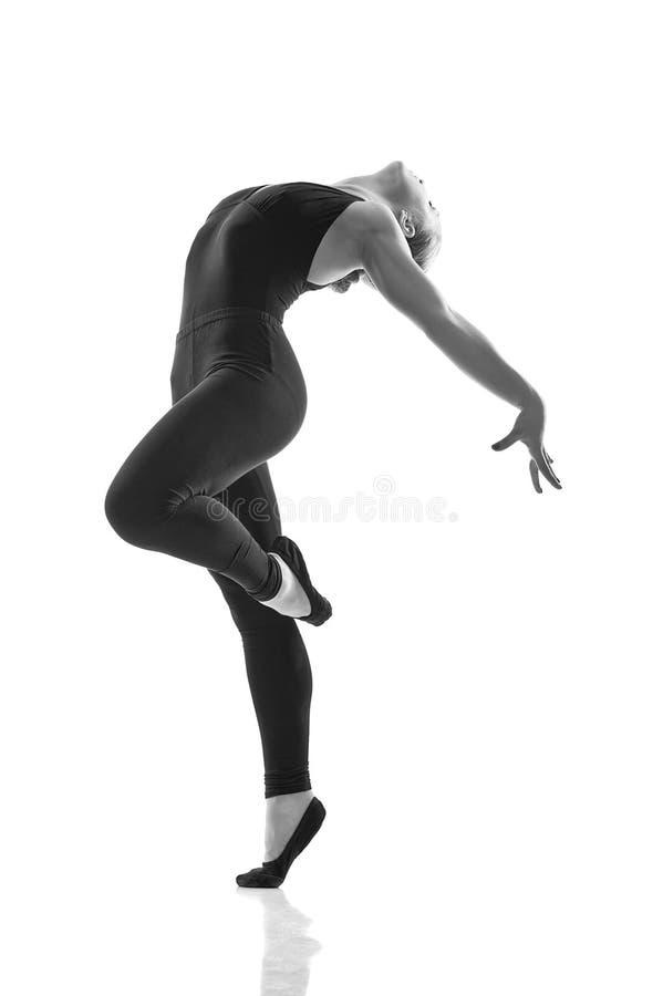 Молодой и красивейший танцор представляя в студии стоковая фотография rf