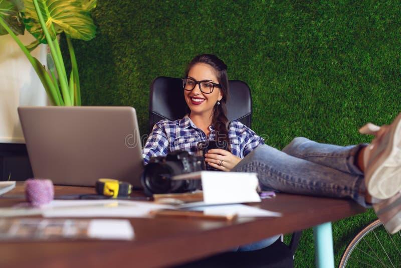 Молодой и красивый архитектор случайно работая в ее офисе стоковое фото