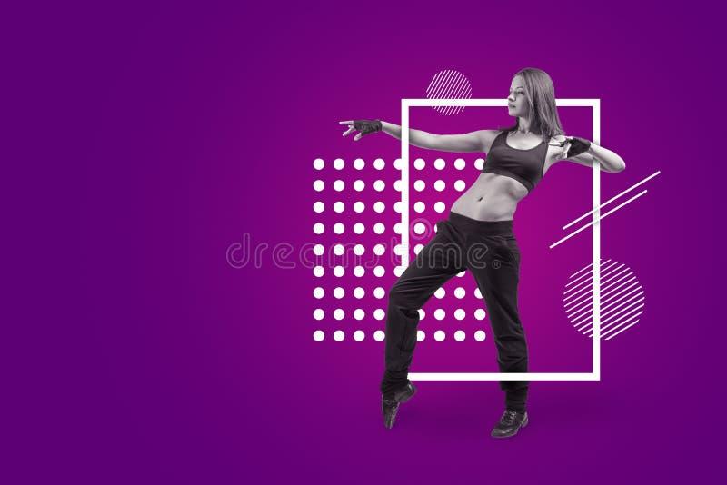 Молодой и тонкий женский танцор двигает на пурпурную предпосылку с белыми геометрическими формами стоковые фото