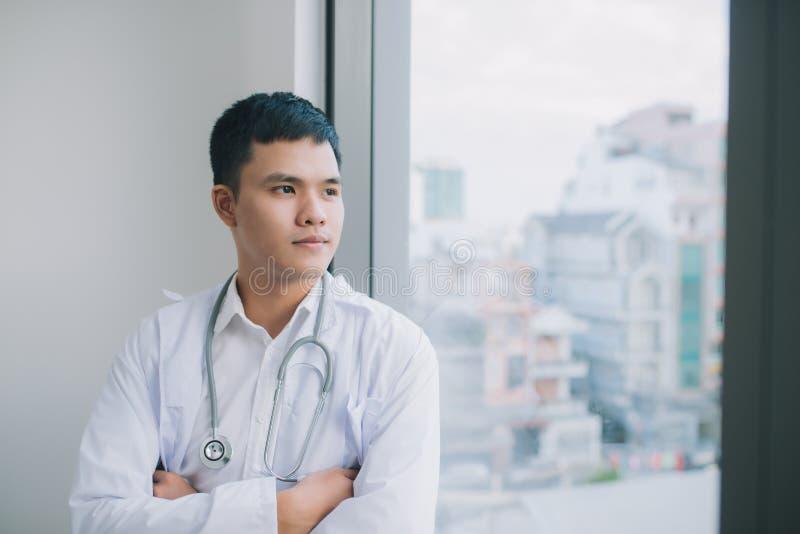 Молодой и уверенный мужской портрет доктора Успешная концепция карьеры доктора стоковое фото rf