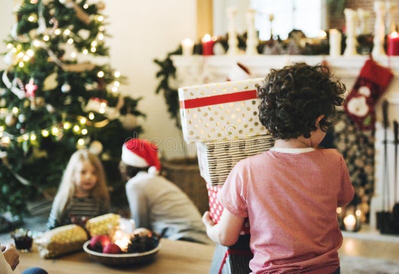 Молодой кавказский мальчик с коробками подарка на рождество стоковые фотографии rf