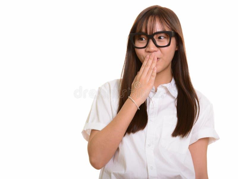 Молодой красивый азиатский девочка-подросток смотря сотрясенный стоковое изображение