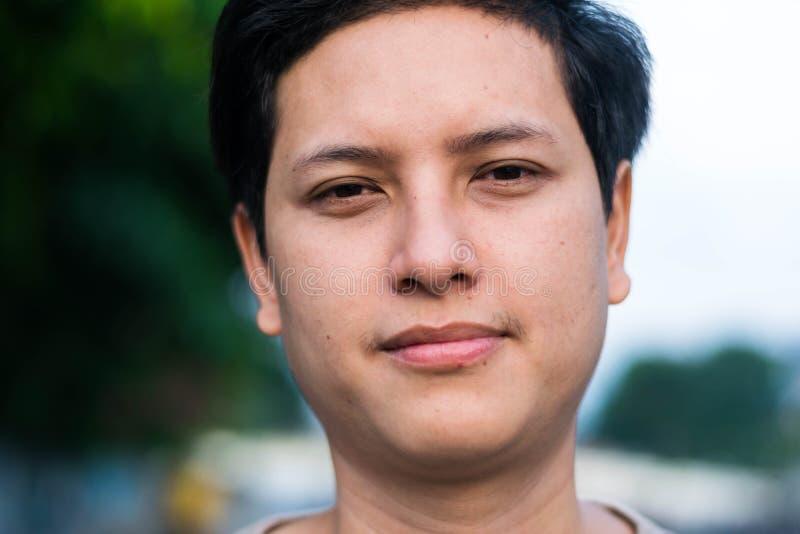 Молодой красивый азиатский человек стоковая фотография