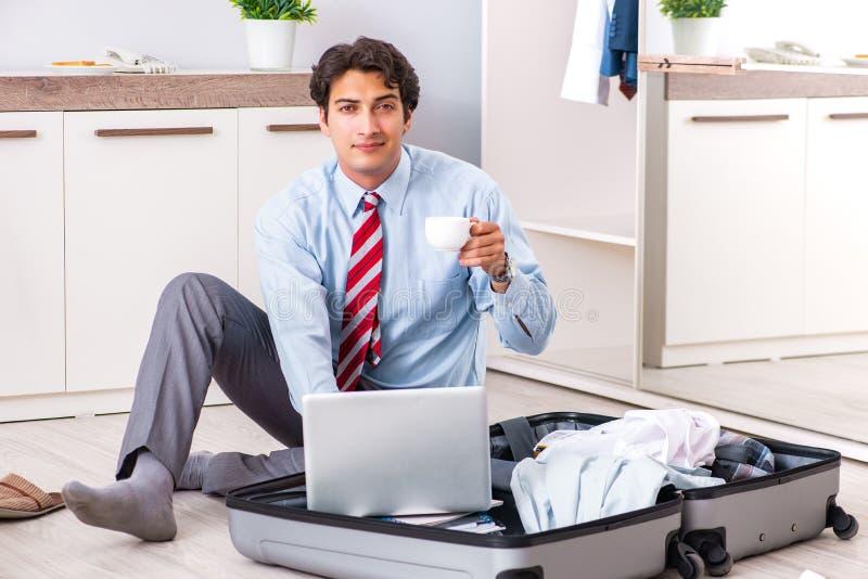 Молодой красивый бизнесмен подготавливая для отключения стоковое изображение