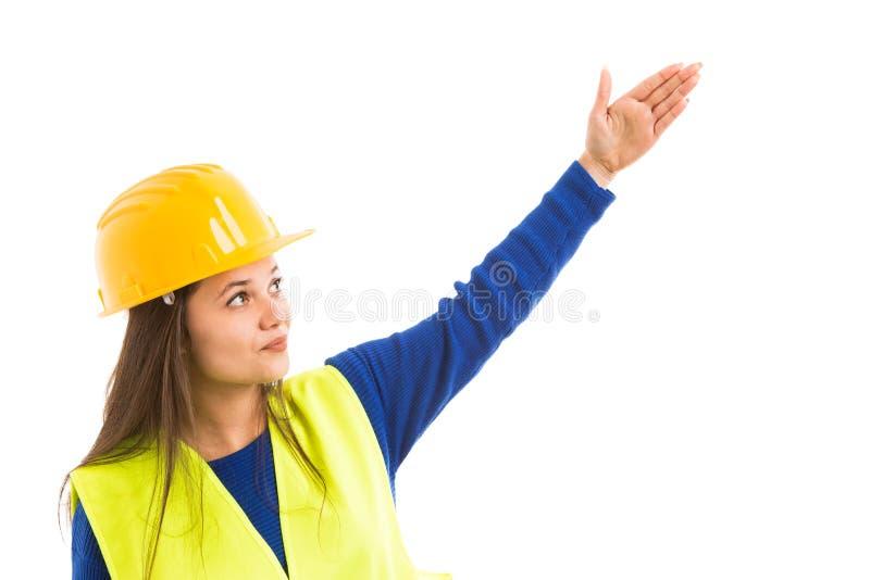 Молодой красивый женский архитектор указывая вверх стоковые фотографии rf