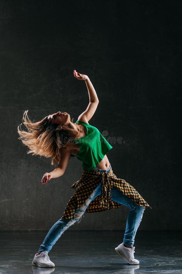 Молодой красивый женский танцор представляет в студии стоковые изображения rf