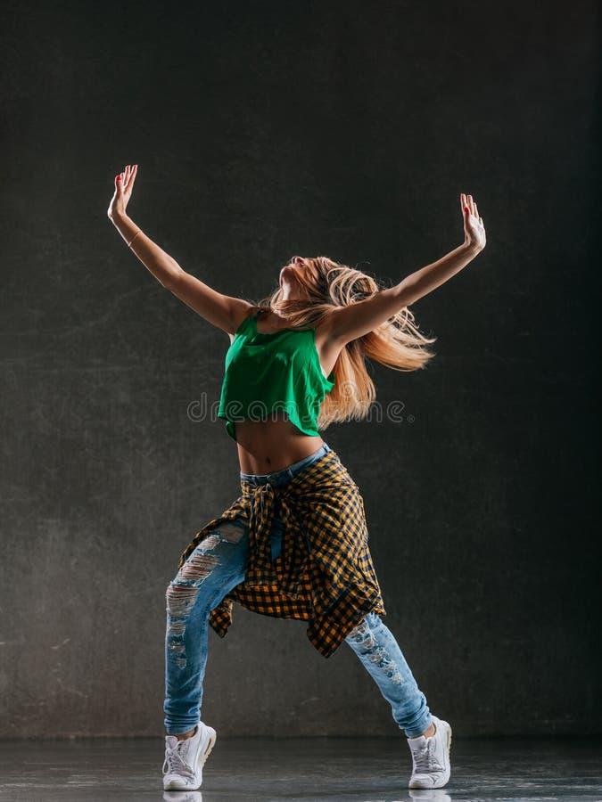 Молодой красивый женский танцор представляет в студии стоковая фотография