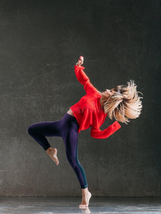 Молодой красивый женский танцор представляет в студии стоковые фотографии rf