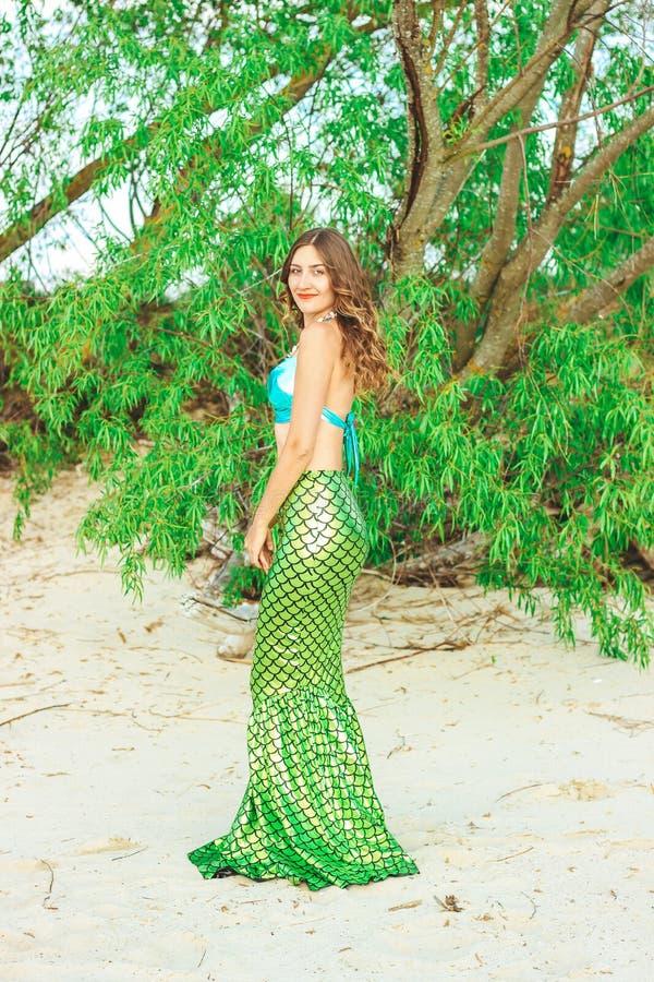 Молодой красивый конец женщины русалки вверх по стоять на русалке Cosplay цены моря r стоковая фотография rf