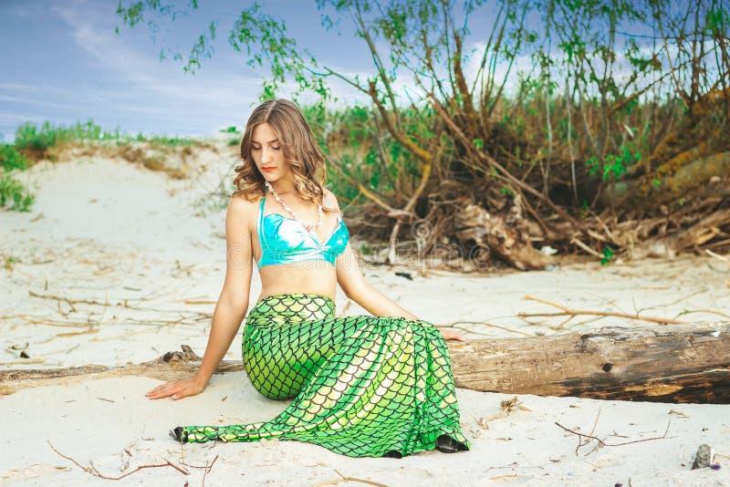 Молодой красивый конец женщины русалки вверх по стоять на русалке Cosplay цены моря r стоковая фотография