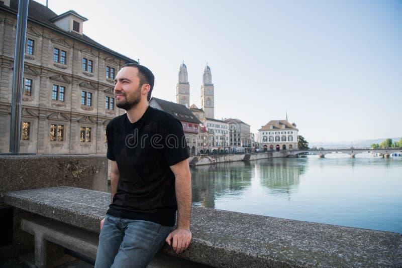 Молодой красивый мужской турист в Цюрих, Швейцарии стоковые фото
