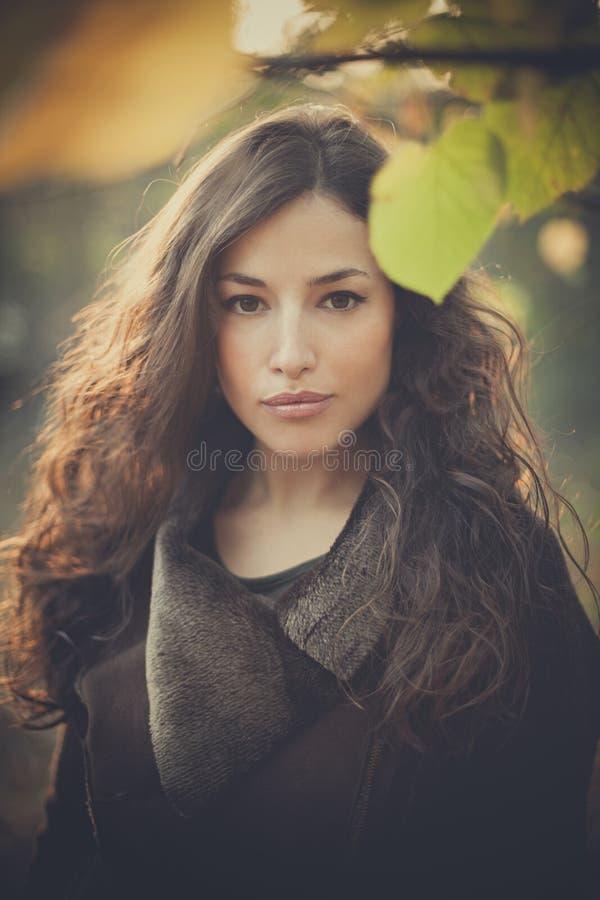 Молодой красивый портрет осени женщины в лесе стоковые изображения rf