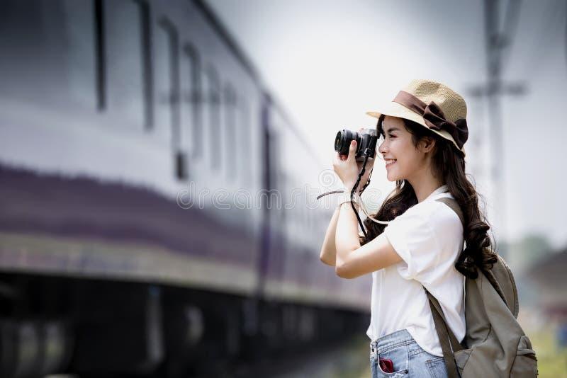 Молодой красивый путешественник женщины при рюкзак держа винтажную камеру стоковое изображение
