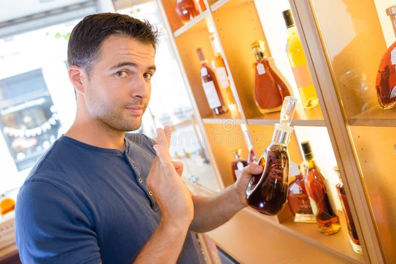 Молодой красивый человек возбужденный о большом винтажном спирте стоковая фотография rf