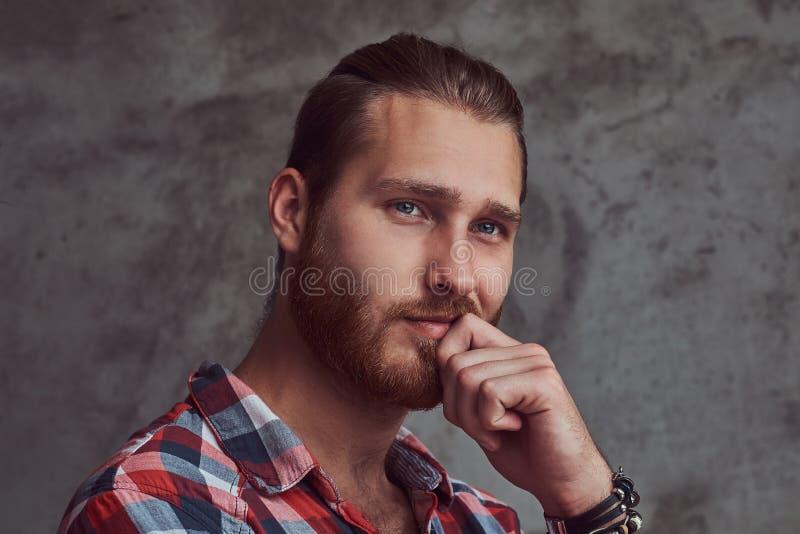Молодой красивый человек модели redhead в рубашке фланели на серой предпосылке стоковая фотография rf