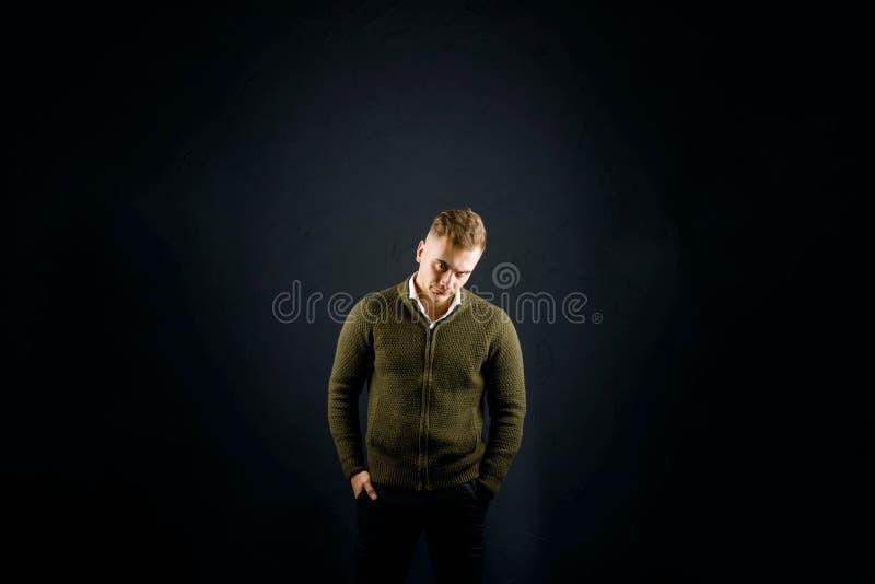 Молодой красивый человек на предпосылке Blck стоковые фотографии rf