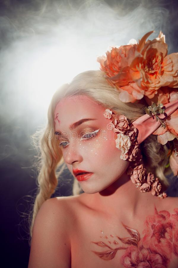 Молодой красивый эльф девушки Творческие состав и bodyart стоковая фотография