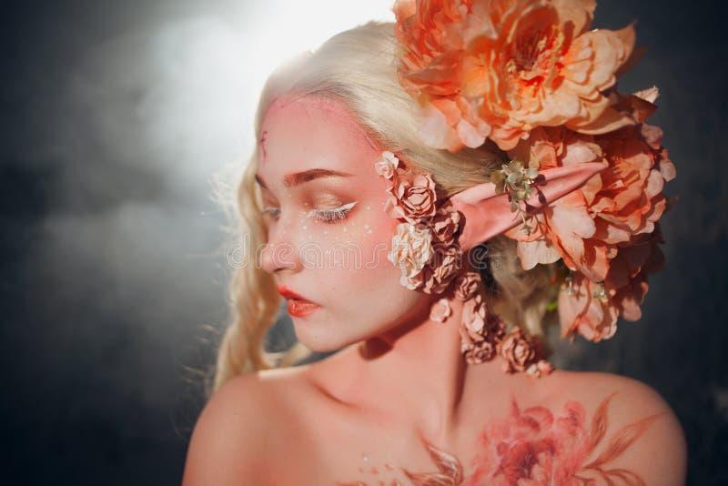 Молодой красивый эльф девушки Творческие состав и bodyart стоковое изображение rf