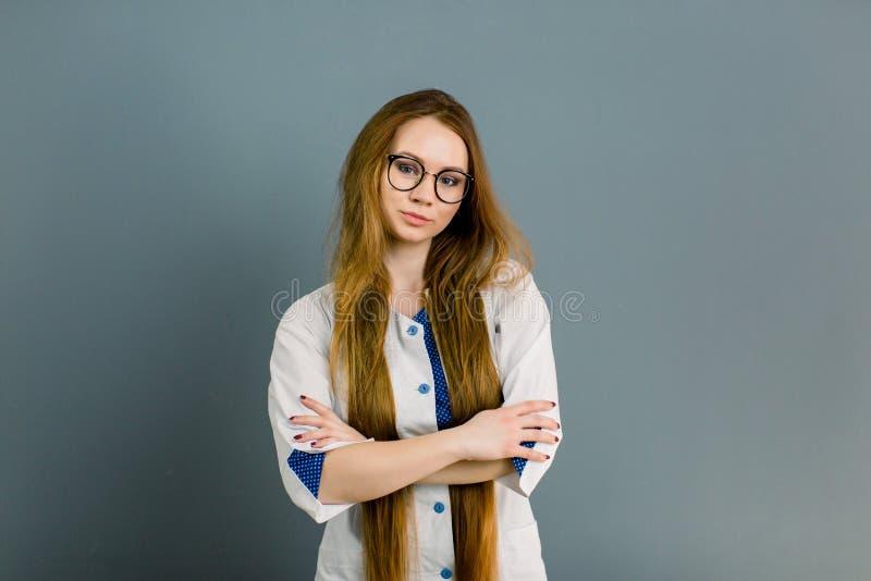 Молодой красивый cosmetologist в шкафе косметологии стоковое фото rf