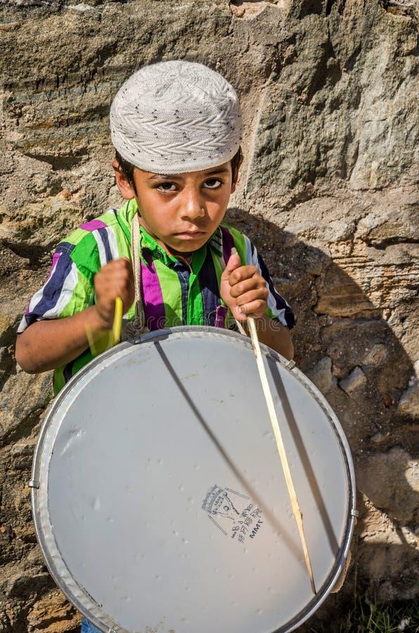 Молодой мальчик барабанщика на мусульманском фестивале стоковое фото rf