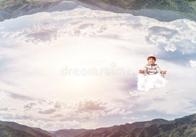 Молодой мальчик держа разум сознательный стоковые фотографии rf