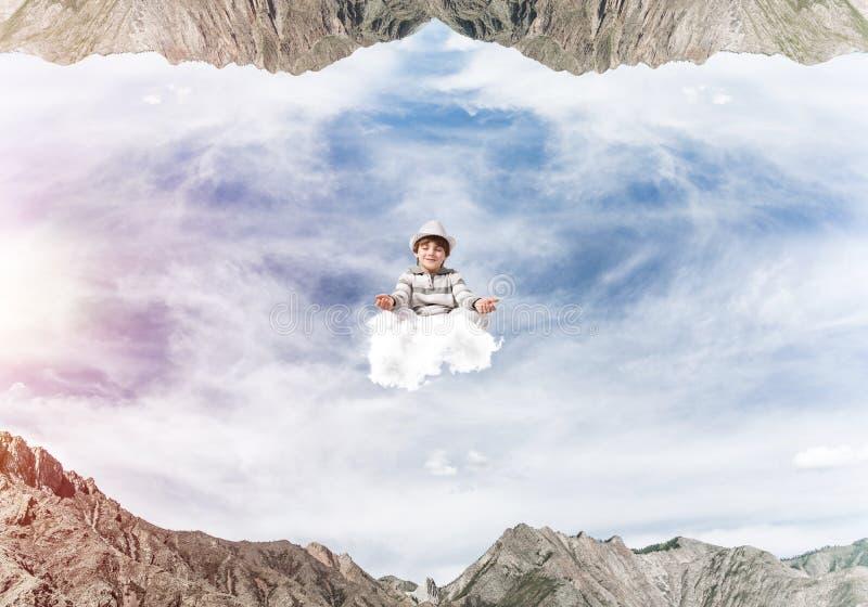 Молодой мальчик держа разум сознательный стоковая фотография