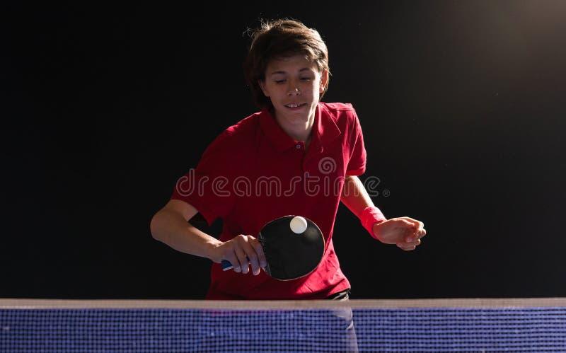 Молодой мальчик играя настольный теннис пингпонга стоковая фотография rf