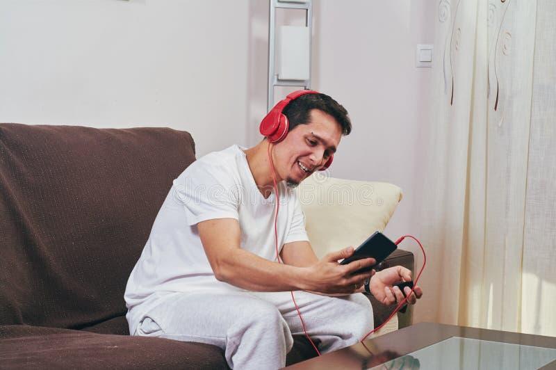 Молодой мальчик наслаждается слушать музыку стоковые фотографии rf