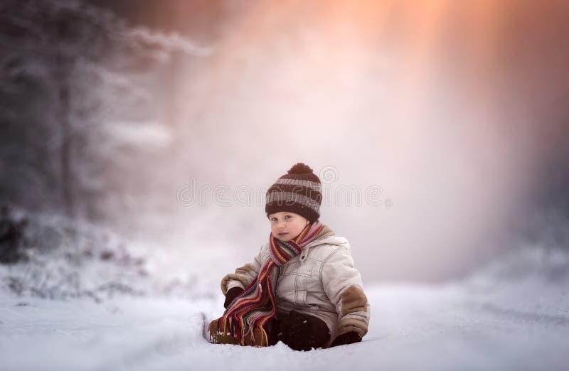 Молодой мальчик на проселочной дороге в зиме стоковые фотографии rf