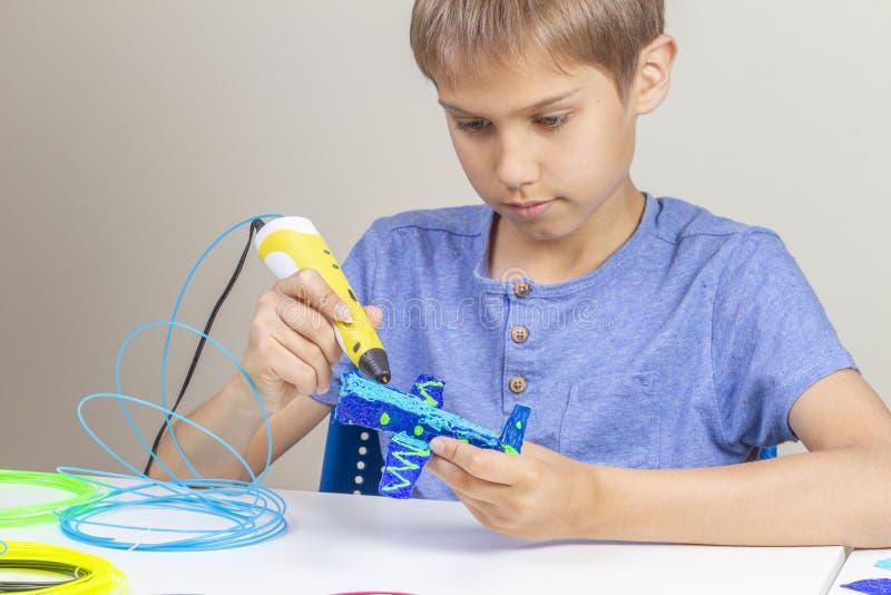Молодой мальчик создаваясь с объектом ручки печатания 3d новым стоковое фото
