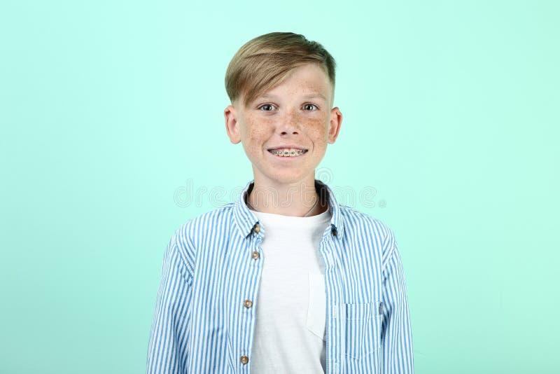 Молодой мальчик с зубоврачебными расчалками стоковое фото rf