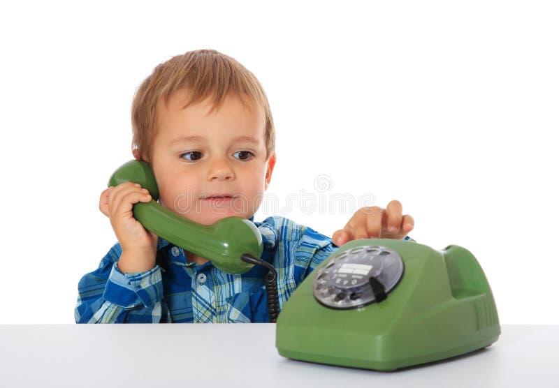 Молодой мальчик с ретро роторным телефоном стоковые изображения rf