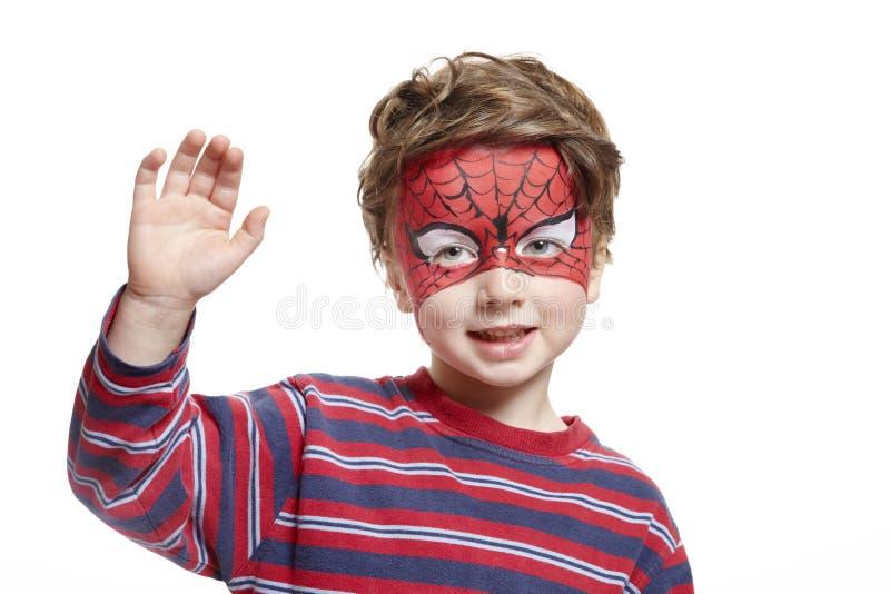 Молодой мальчик с человек-пауком картины стороны стоковое фото rf