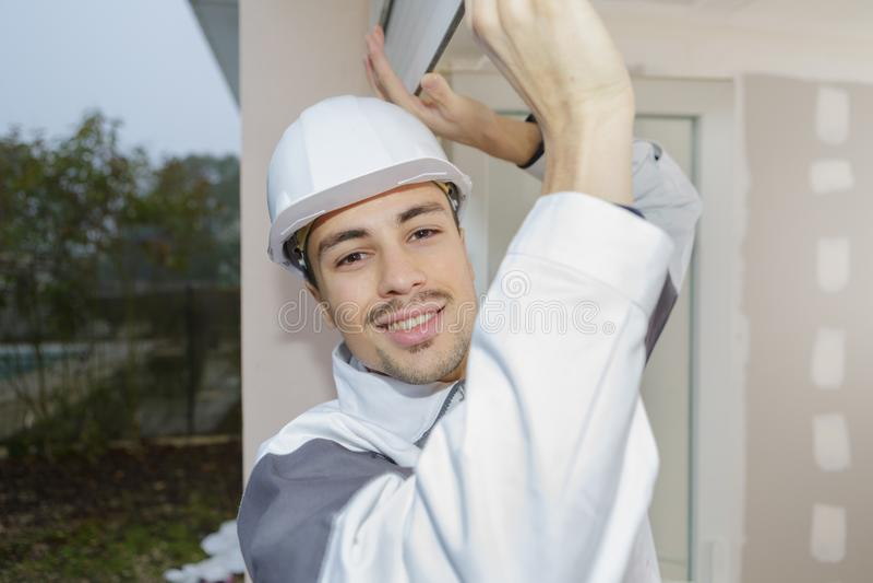 Молодой мастер рабочий-строителя работая на месте стоковое изображение rf