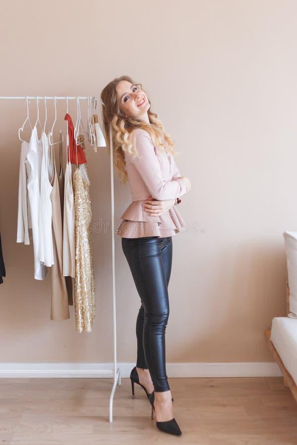 Молодой модельер работая на студии стоковая фотография rf