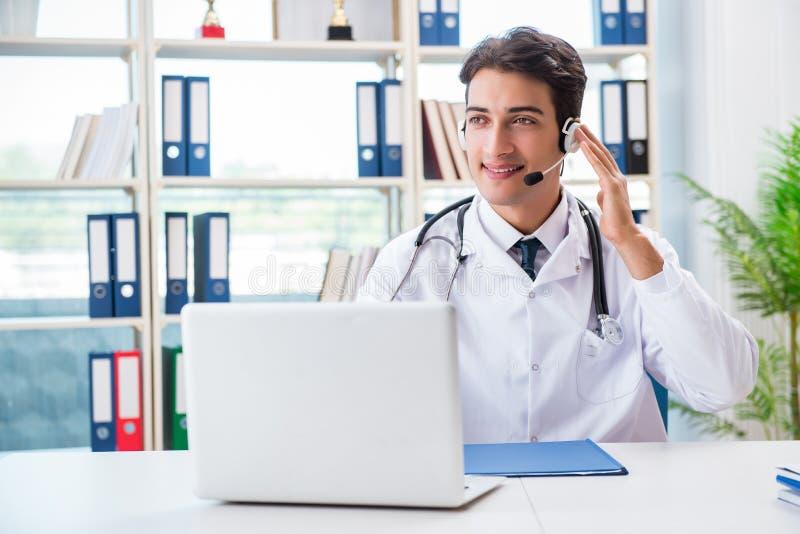 Молодой мужской доктор в концепции telehealth стоковое изображение