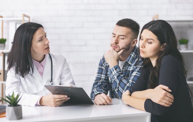 Молодой мужчина и женщина, читающие рецепты врача на лечение бесплодия стоковое изображение rf