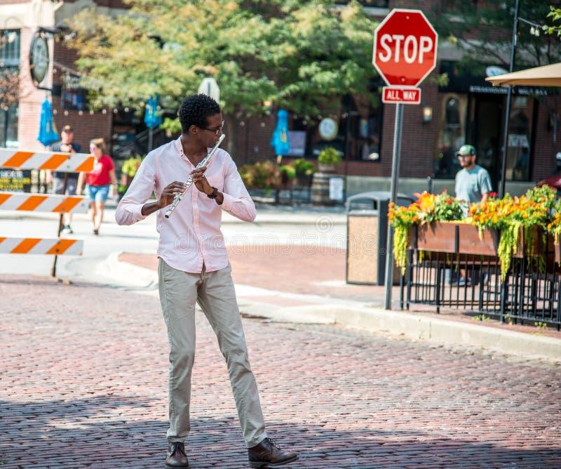 Молодой музыкант каннелюры улицы стоковая фотография