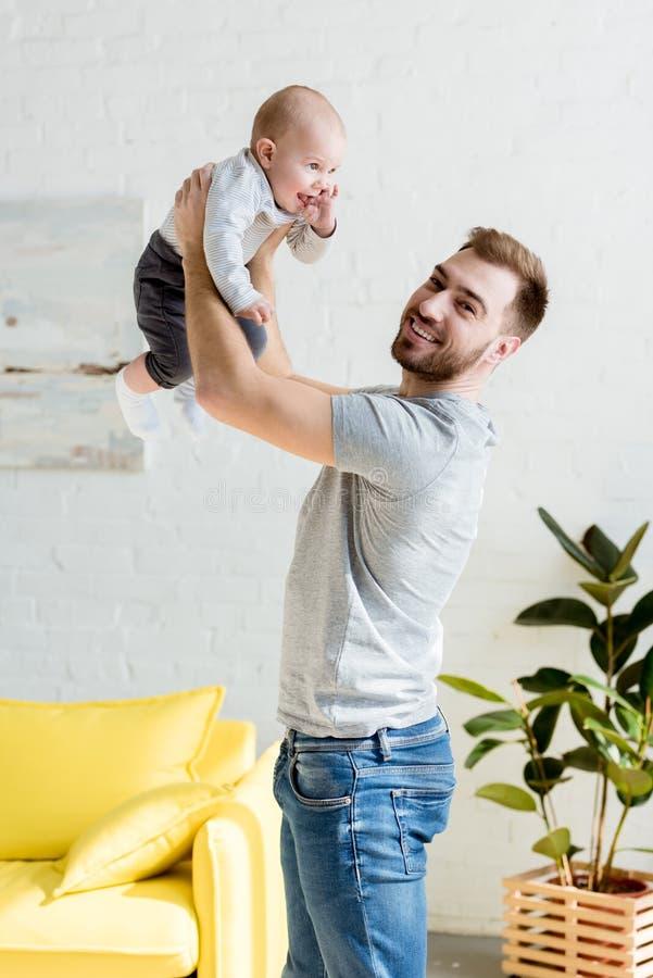 молодой папа играя с меньшим сыном стоковые фотографии rf