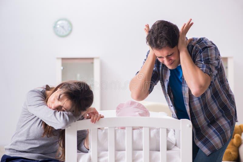 Молодой папа не может стоять плакать младенца стоковое фото rf