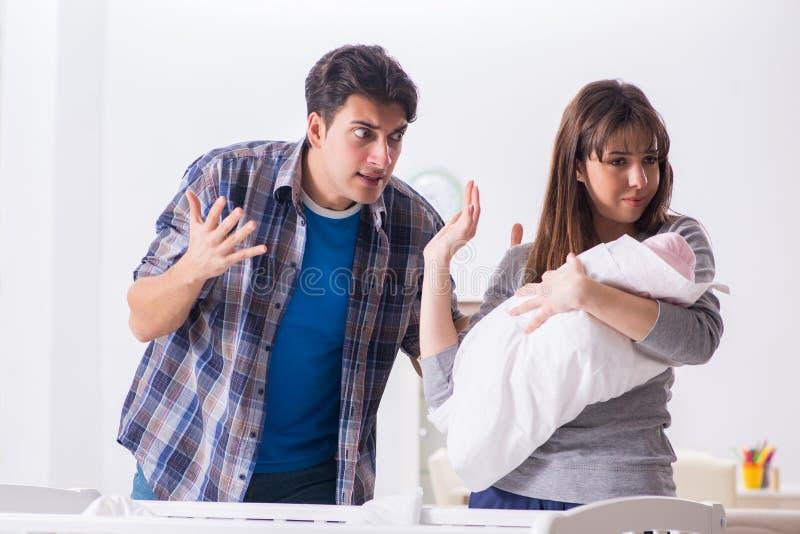 Молодой папа не может стоять плакать младенца стоковое изображение
