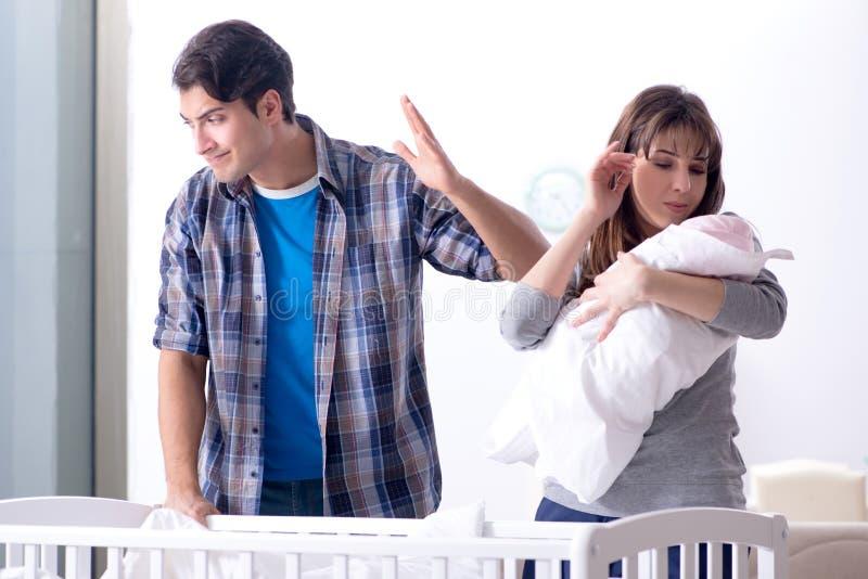 Молодой папа не может стоять плакать младенца стоковые фотографии rf