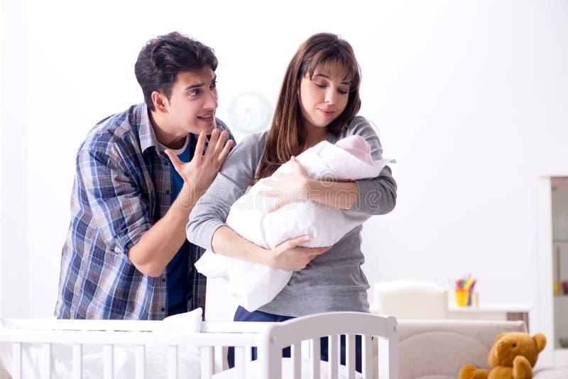 Молодой папа не может стоять плакать младенца стоковые изображения